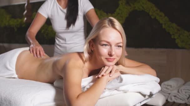Docela okouzlující dáma dostat masáž zad od thajské dívky v lázeňském salonu.