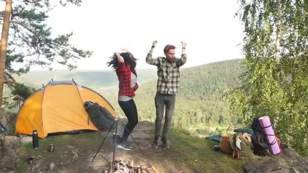 Mladí cestovatelé si užívají své cesty tím, že poskakují na místě a vyjadřují násilné emoce.