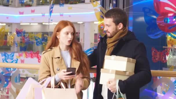 Manželka diskutuje s manželem o nakupování