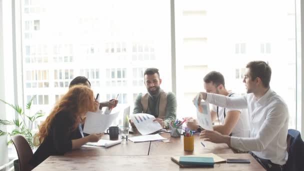 Profesionálové se těší ze své práce a firemního životního stylu.