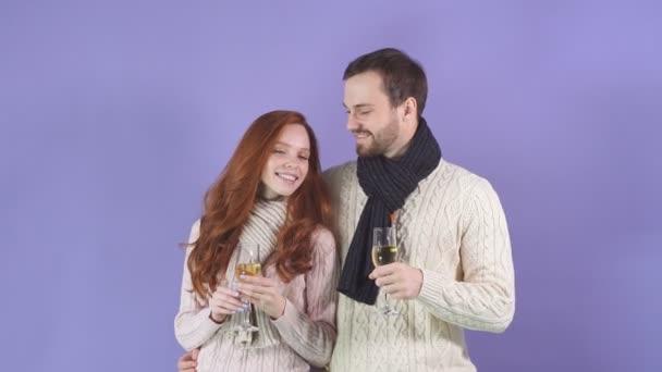 junges glückliches Paar genießt Champagner trinken feiern für Weihnachtsvergnügen zusammen fühlen Attraktion