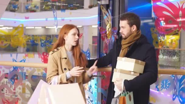 kavkazský pár šťastný po nakupování