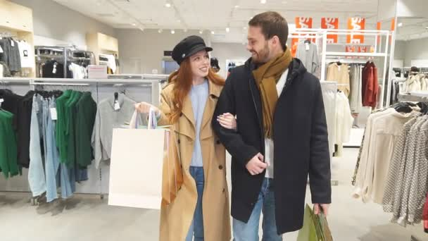 veselý šťastný ženatý pár koupit dárky pro přátele v obchoďáku