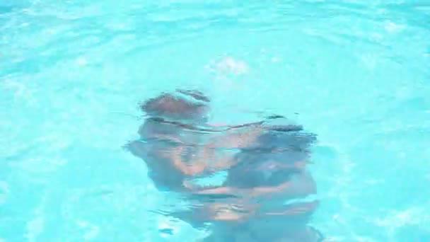 Familie hat im Sommer Spaß im Schwimmbad.