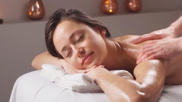 Tělesná masáž ve wellness salónu. Péče o pleť, wellness, kosmetické ošetření