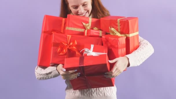 Šťastná hravá dívka drží mnoho krásných Vánoční dárek