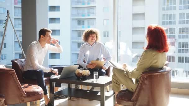 Obchodní schůzka v kancelářských prostorách. Obchodní žena čte své návrhy a plány