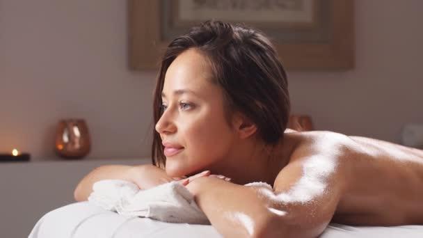 Krásná žena klient s procedurou masáž těla v salonu krásy