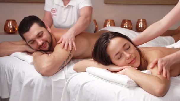 Masáže pro dva páry v moderním wellness salonu. Dvojitá masáž pro milence pár