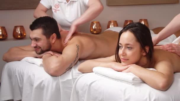 Krásný příjemný pár se dobře baví v moderním wellness salonu