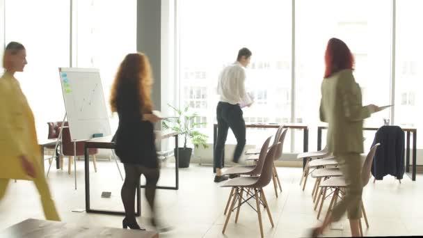 Mnohostranná skupina zaměstnanců se shromažďuje na školení, aby se naučila a rozvíjela nové dovednosti a způsoby, jak zvýšit produktivitu