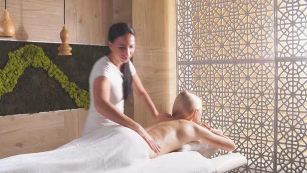 Blondýny dívka odpočívá v masážním centru