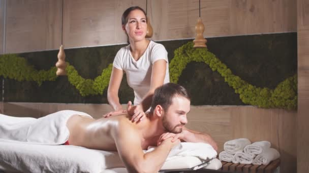 pohledný muž relaxující na masážním stole