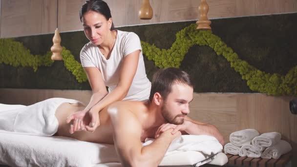 Professionelle Massage Theropist massiert männlichen Rücken