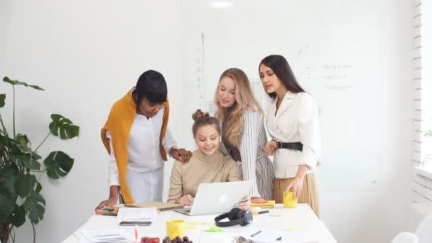 Team junger erfolgreicher Geschäftsfrauen trifft sich im Büro der Geschäftsleitung