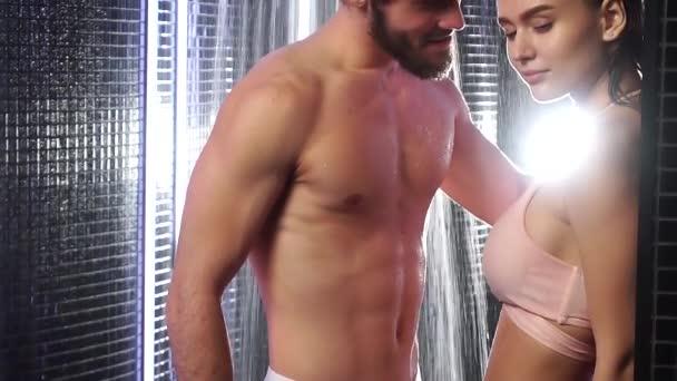 schöne sexy Paar zusammen in Dusche Bad