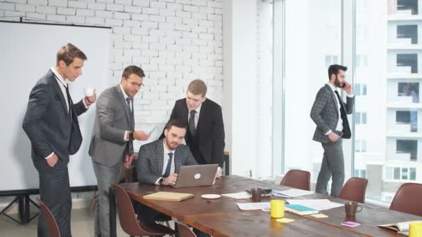 mladí muži v oblecích shromáždili na obchodní jednání