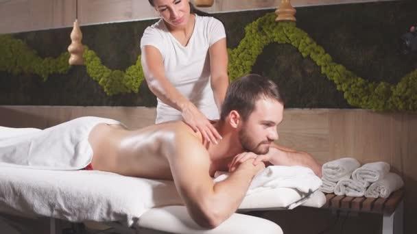 Profesionální masážní teropik masírující mužská záda
