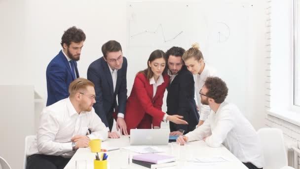 firemní obchodní tým vedl kancelářskou schůzku