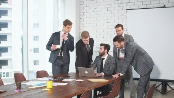 top manager vést konverzaci s kolegy v business office