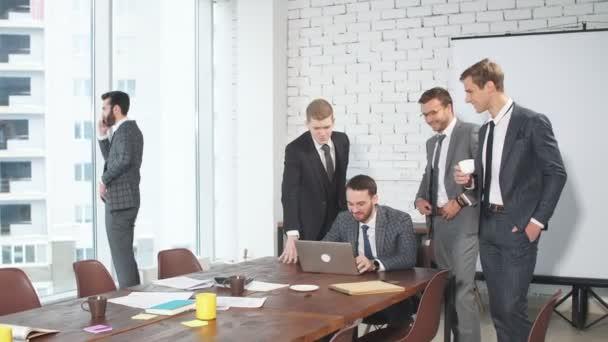Mladí sebevědomí běloši se shromáždili, aby uspořádali obchodní schůzku.