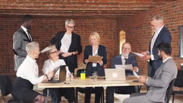 Üzletemberek csoportja, közös Ötletgyűjtés a tárgyalóteremben
