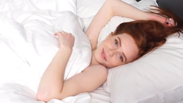 Reggeli ébredés a fiatal, gyönyörű lány.