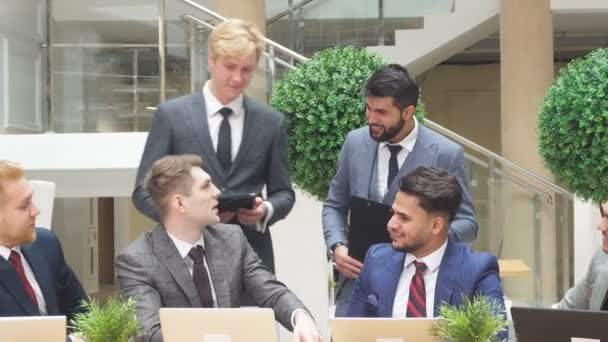 Plánuji nový projekt. Mezinárodní setkání. Mladí vyjednavači se sešli, aby diskutovali o novém projektu pomocí notebooků.