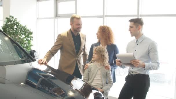 Šťastná bělošská rodina nyní majitelé nového auta