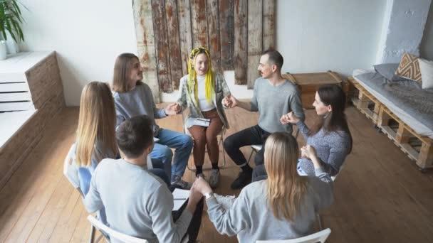 Jugendliche, die an einem Treffen einer Selbsthilfegruppe teilnehmen