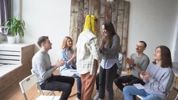 šťastní anonymní alkoholici oslavují své uzdravení.