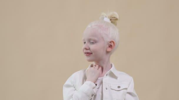 Úžasný albín kluk s blond vlasy, izolované