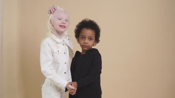 Barátság két különböző nemzetiségű gyermek között