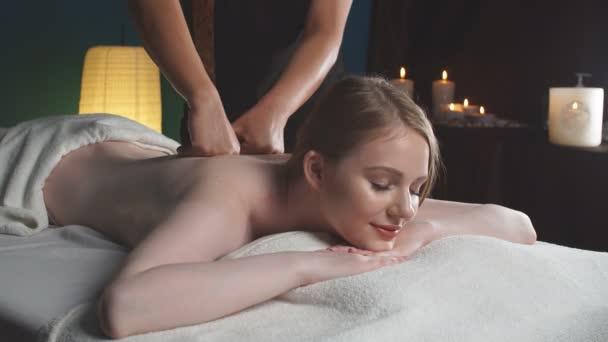 Mladá hezká žena wtaking selfie v spa salon zatímco dostat masáž zad