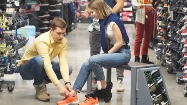 Niedliches kaukasisches Paar in Sportbekleidungsgeschäft