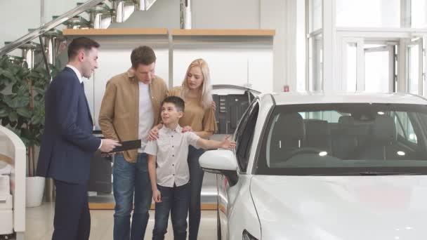 vstřícný prodejce konzultovat zákazníky v prodejnách automobilů.