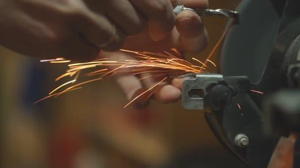 Nahaufnahme eines jungen Zimmermanns bei der Arbeit