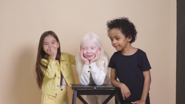 Šťastné usmívající se děti izolované ve studiu