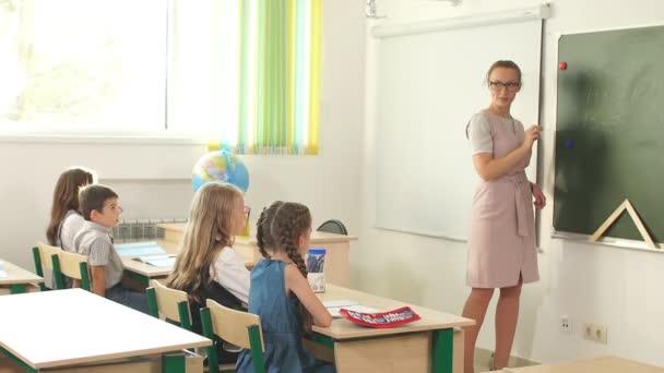 Lehrerin unterrichtet Teenagergruppe in High-School-Stunde