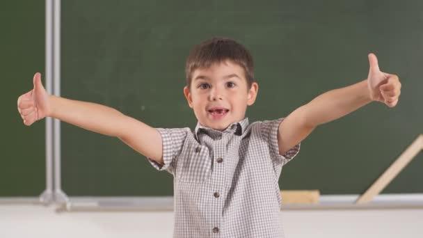 Šťastný chlapec se směje, překvapeně křičí, zvedá ruce, představa dětských emocí