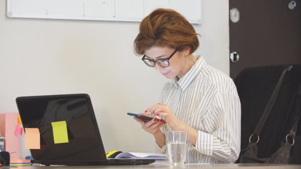 Unavená žena pracuje dlouho do noci, používá notebook. Technologie a koncepce přepracování