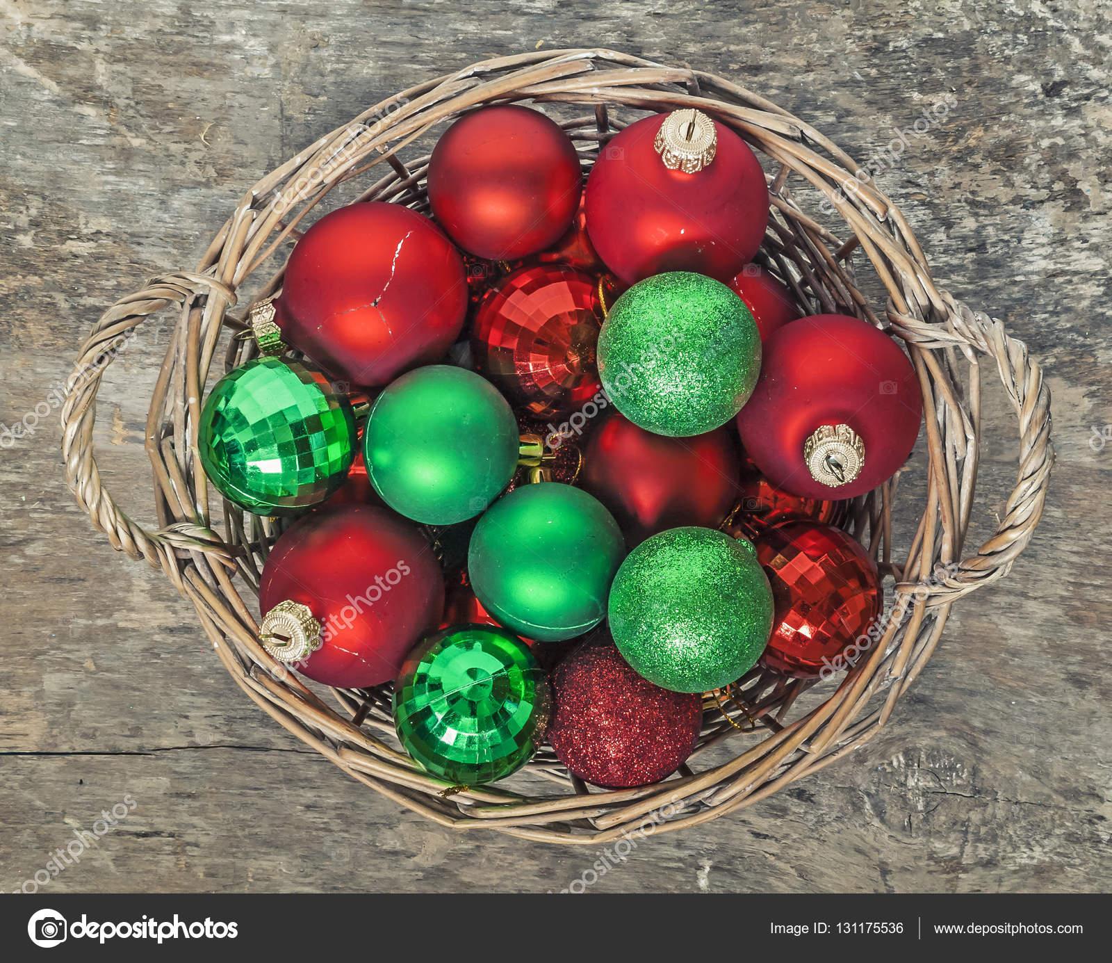Weihnachtskugeln Rot Gold.Weihnachtskugeln Rot Gold Grün Liegen In Der Spitze Einer