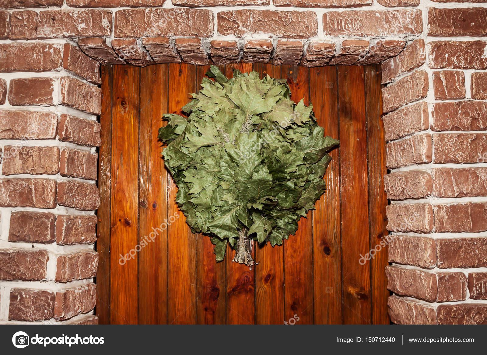 Scopa di bagno appeso alla porta della sauna — Foto Stock © TanaCh ...
