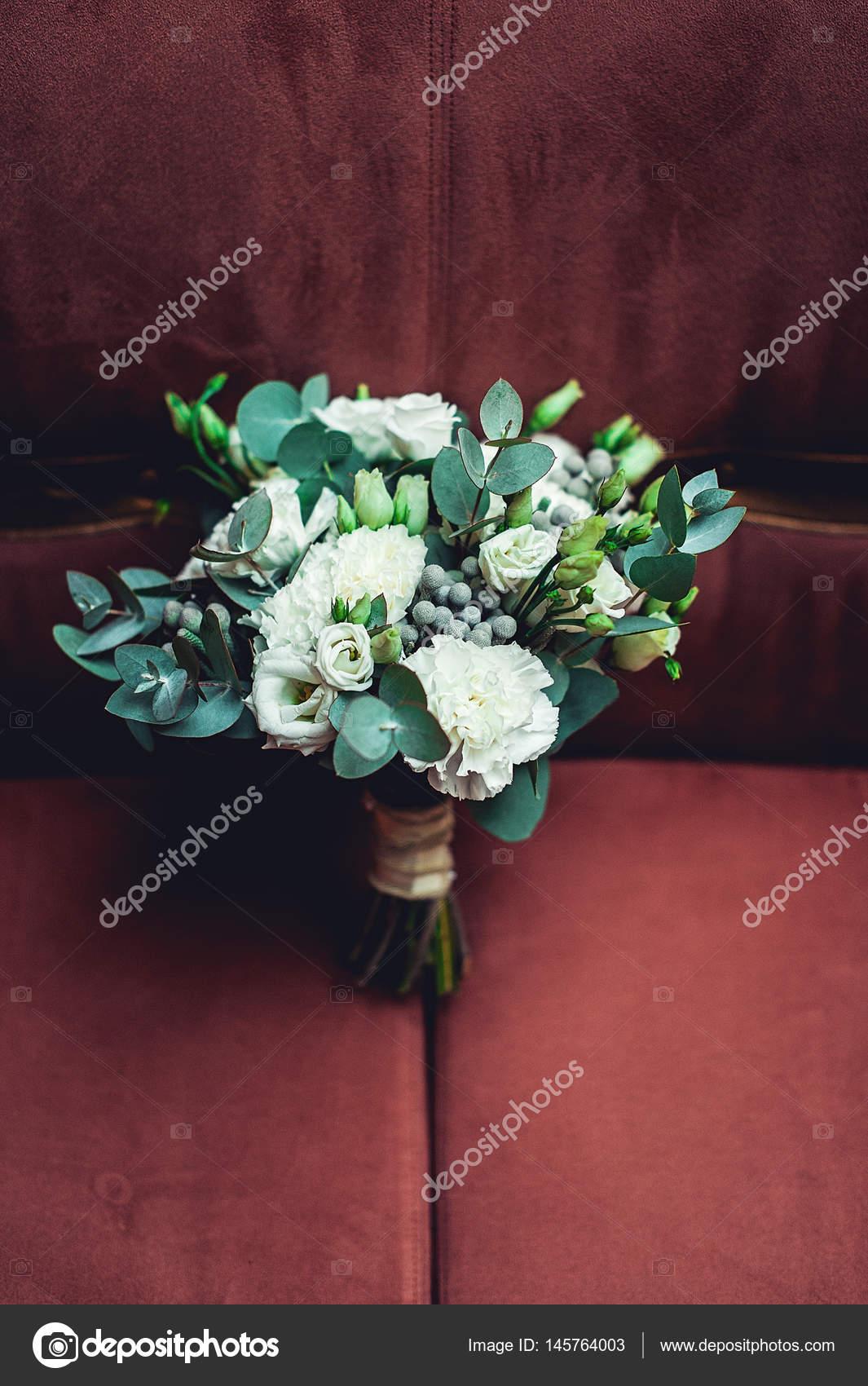 Luxus Brautstrauss Aus Weissen Rosen Und Nelken Gemacht Stockfoto