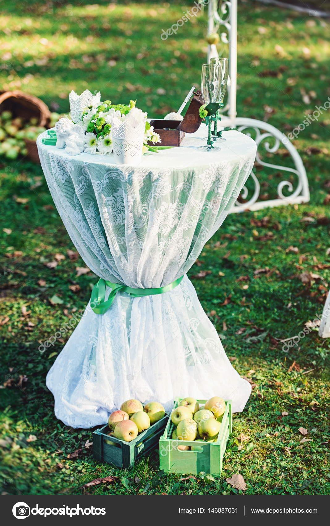 Grune Hochzeitsdekorationen Tisch Mit Einem Grunen Tuch Stockfoto