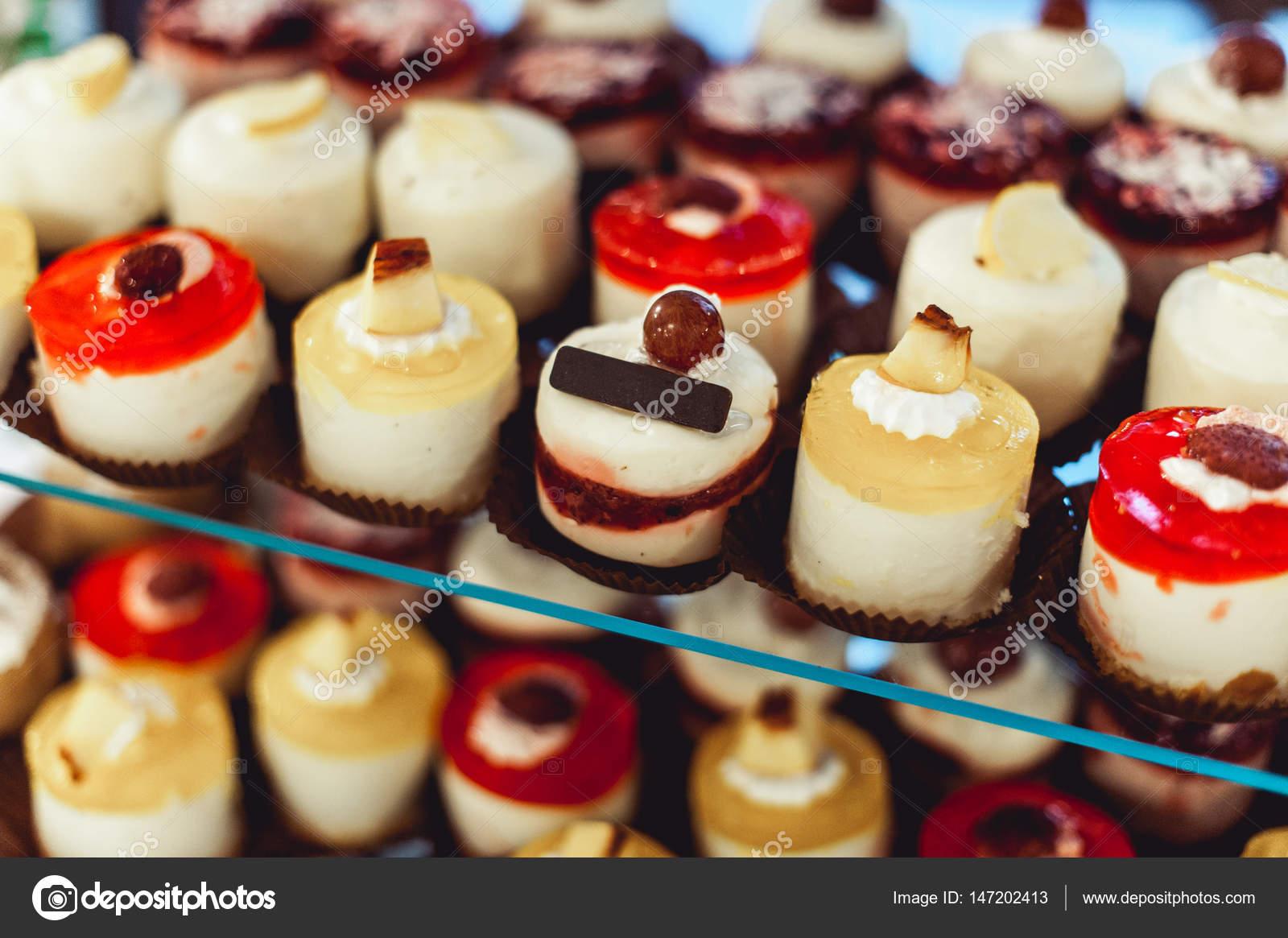 Buffet Di Dolci Mignon : Righe di dolci mignon italiano su un supporto di vetro u2014 foto stock