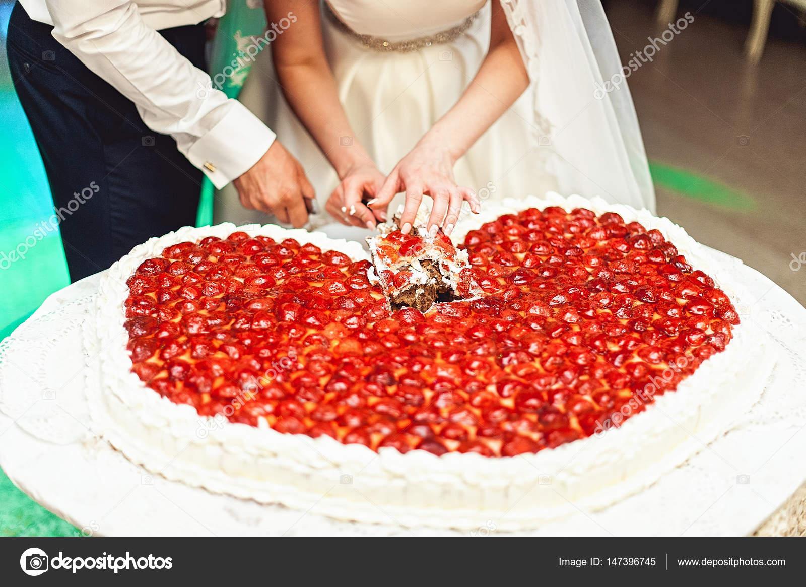 Braut Und Brautigam Schneiden Grosse Hochzeit Schokolade Kuchen In