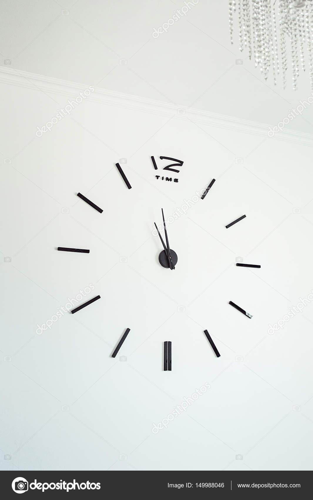 Reloj de pared sin marco en pared de hormigón blanco. Minimalizm ...