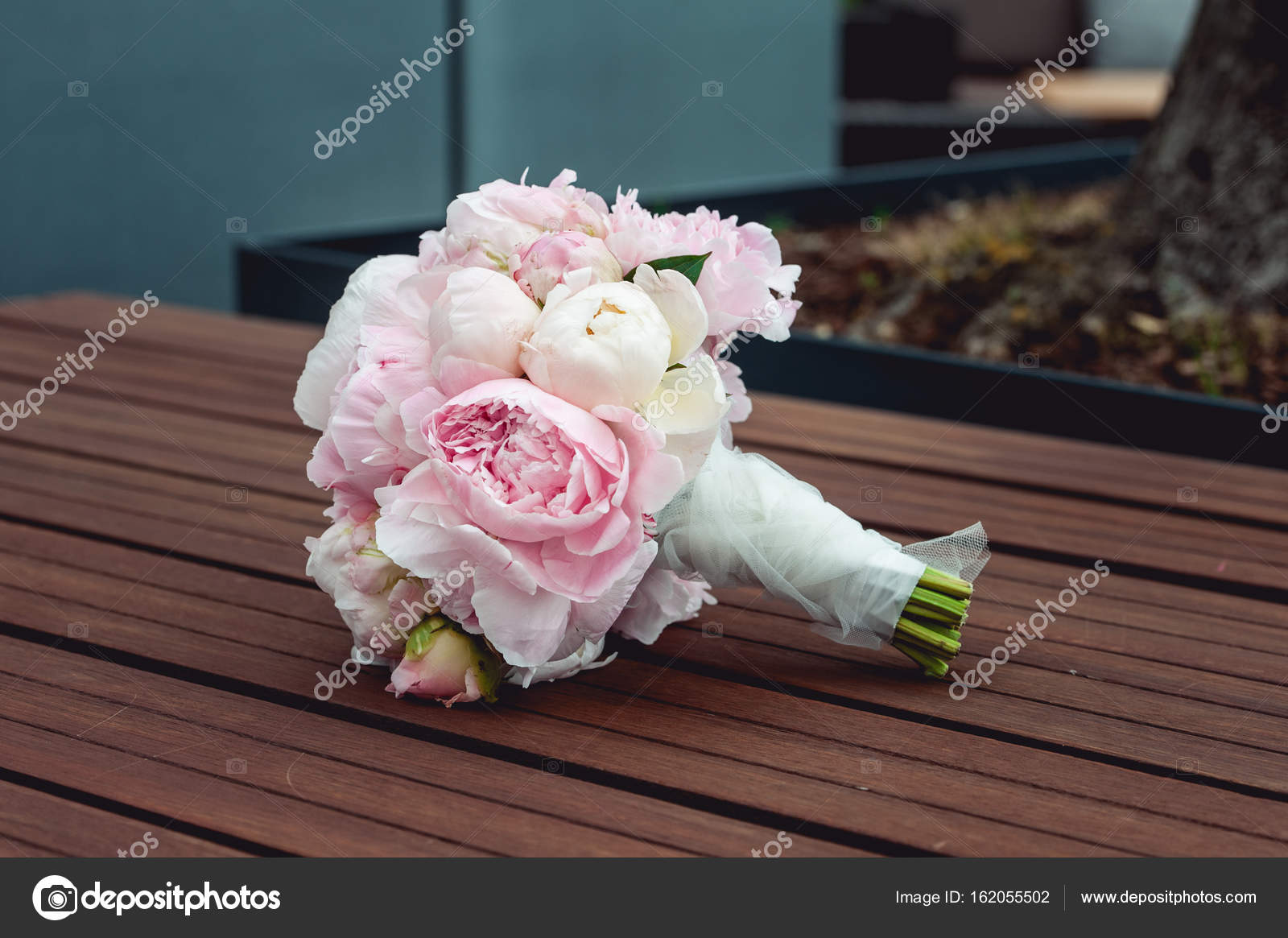 Bouquet Sposa Rose E Peonie.Luxurious Bridal Bouquet Of White Peonies And Roses On The Bench