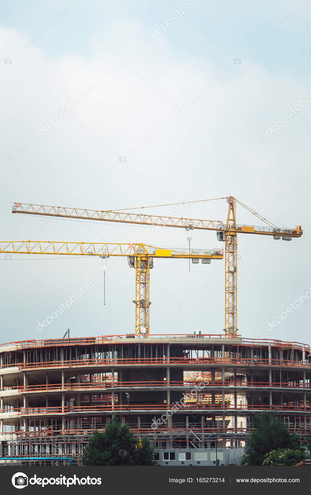 Stahlrahmen eines Gebäudes im Bau, mit zwei Turmdrehkrane an der ...
